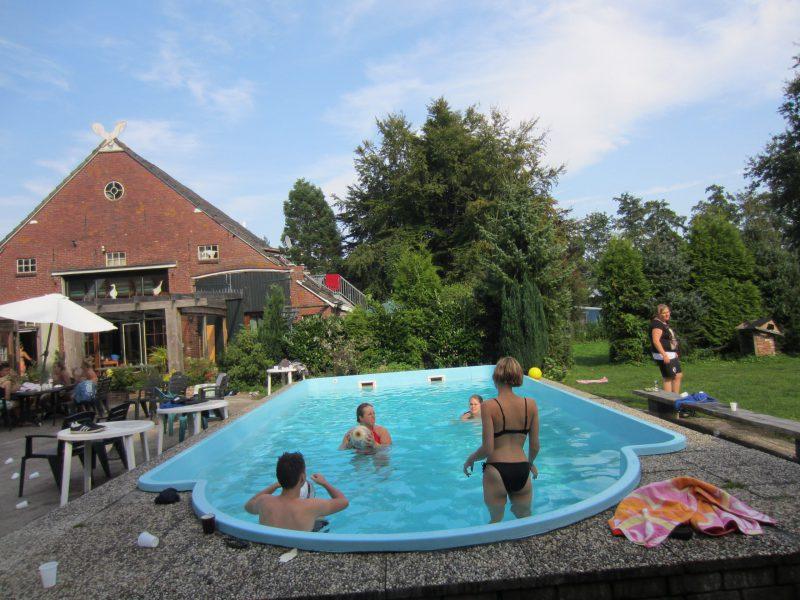 Genieten aan het zwembad bij de Broeksehoeve